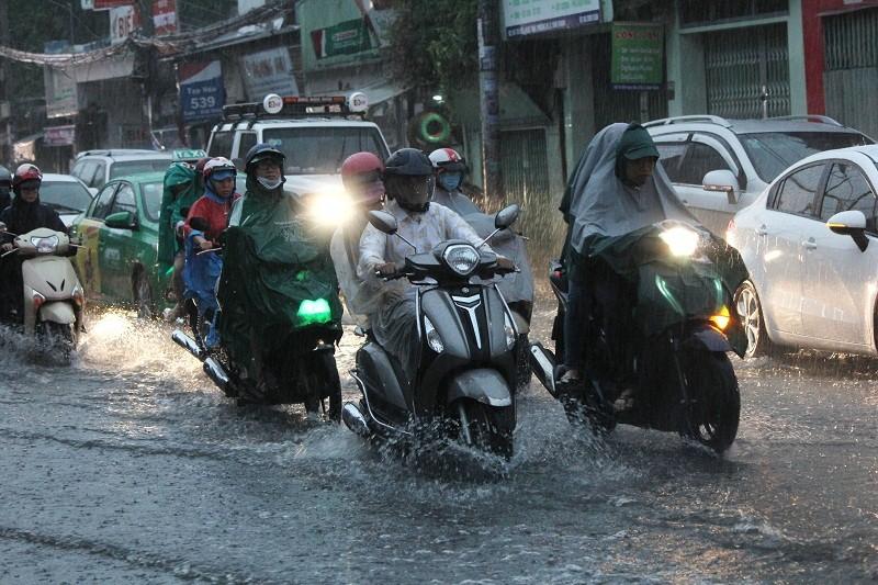 """""""Mưa xuân"""" gây ngập, người Sài Gòn lội nước về nhà - ảnh 1"""