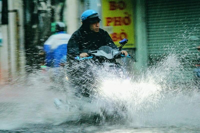 """""""Mưa xuân"""" gây ngập, người Sài Gòn lội nước về nhà - ảnh 2"""