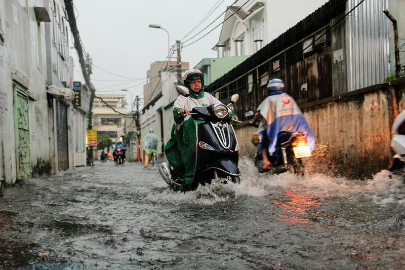 """""""Mưa xuân"""" gây ngập, người Sài Gòn lội nước về nhà - ảnh 4"""