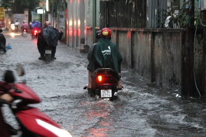 """""""Mưa xuân"""" gây ngập, người Sài Gòn lội nước về nhà - ảnh 6"""
