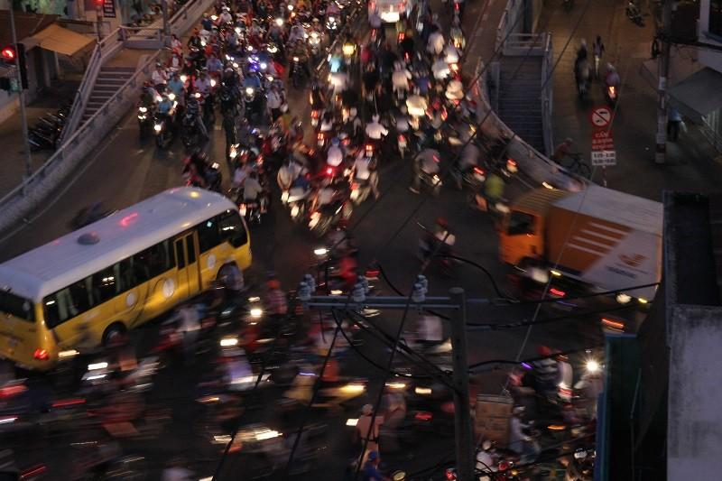 Xe cộ kẹt cứng hàng tiếng đồng hồ trên cầu Chánh Hưng  - ảnh 9