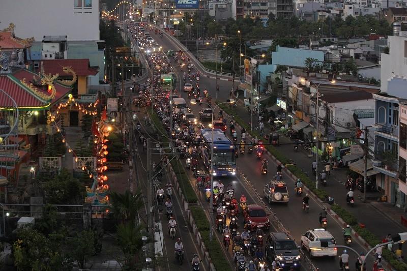 Xe cộ kẹt cứng hàng tiếng đồng hồ trên cầu Chánh Hưng  - ảnh 10