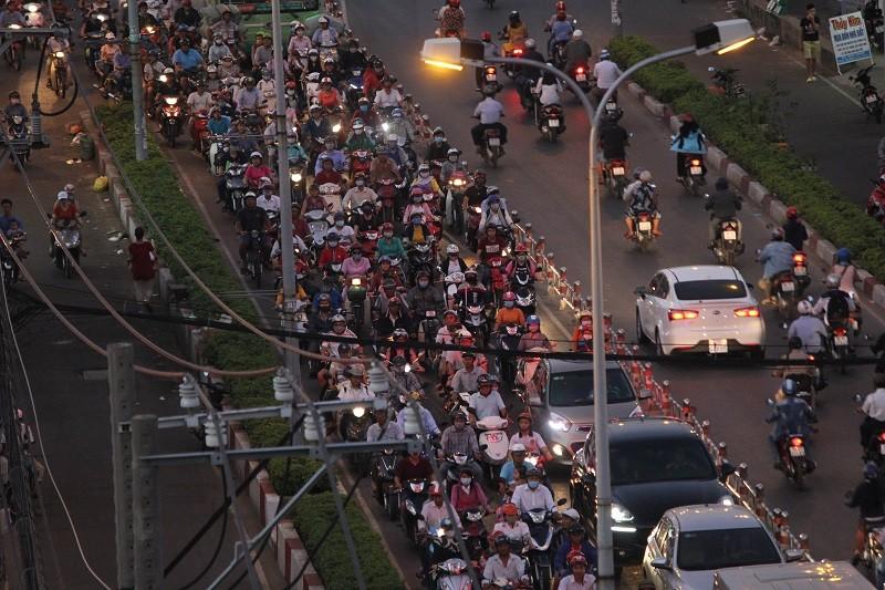 Xe cộ kẹt cứng hàng tiếng đồng hồ trên cầu Chánh Hưng  - ảnh 11