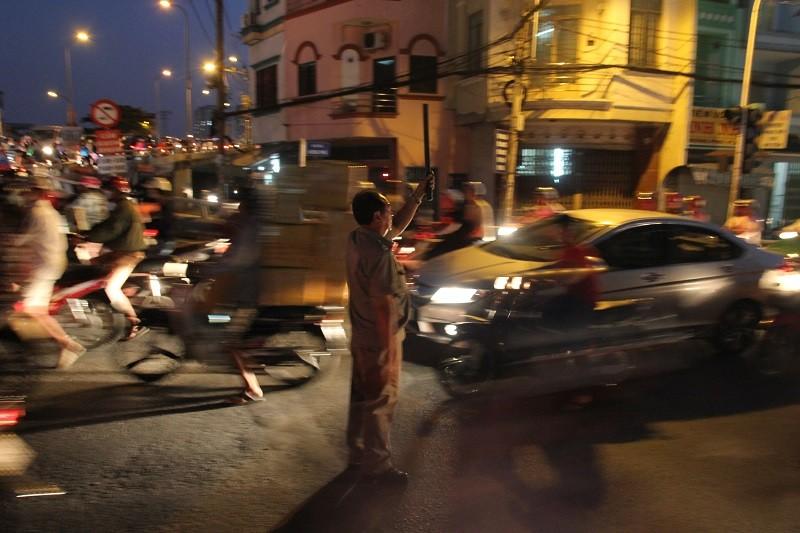 Xe cộ kẹt cứng hàng tiếng đồng hồ trên cầu Chánh Hưng  - ảnh 12