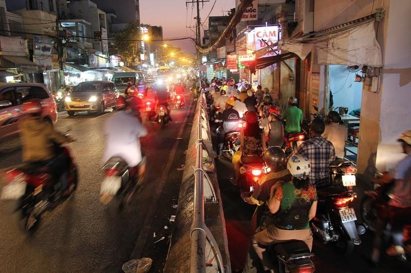 Xe cộ kẹt cứng hàng tiếng đồng hồ trên cầu Chánh Hưng  - ảnh 13