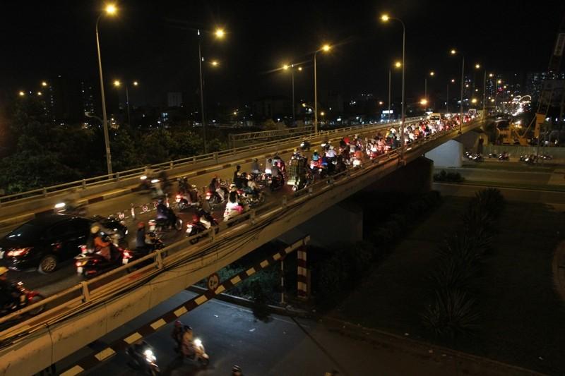 Xe cộ kẹt cứng hàng tiếng đồng hồ trên cầu Chánh Hưng  - ảnh 14