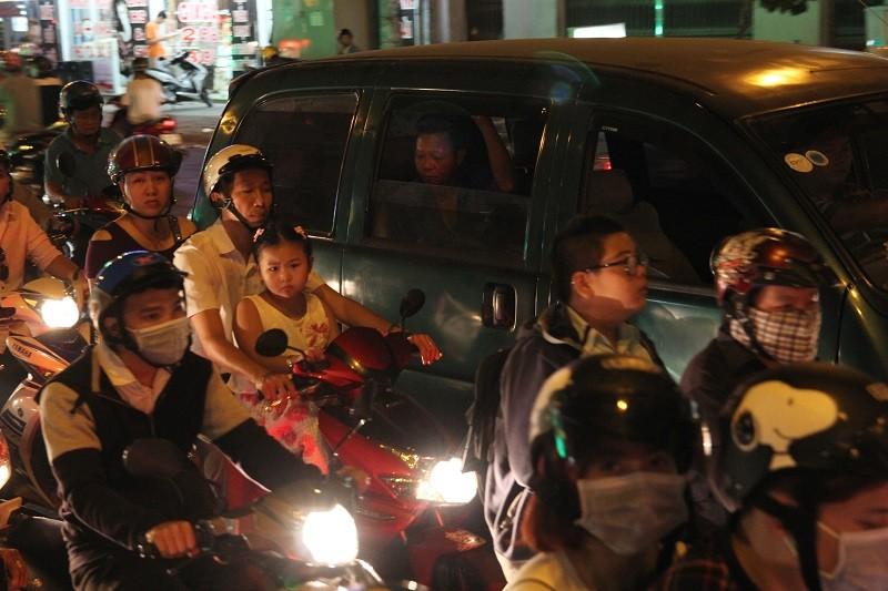 Xe cộ kẹt cứng hàng tiếng đồng hồ trên cầu Chánh Hưng  - ảnh 15