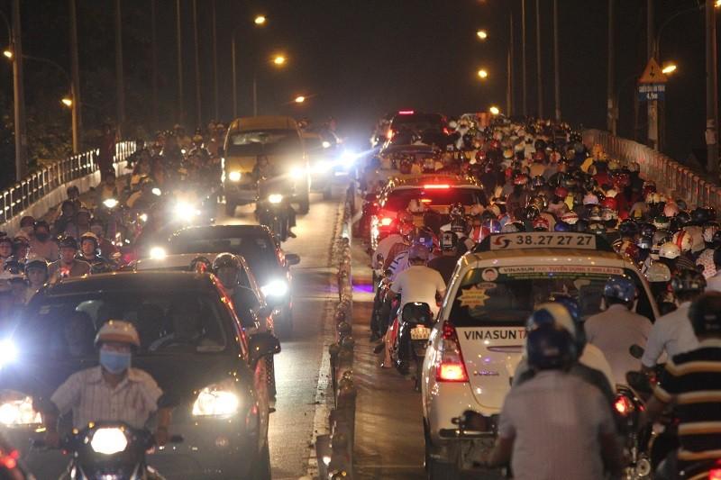 Xe cộ kẹt cứng hàng tiếng đồng hồ trên cầu Chánh Hưng  - ảnh 16