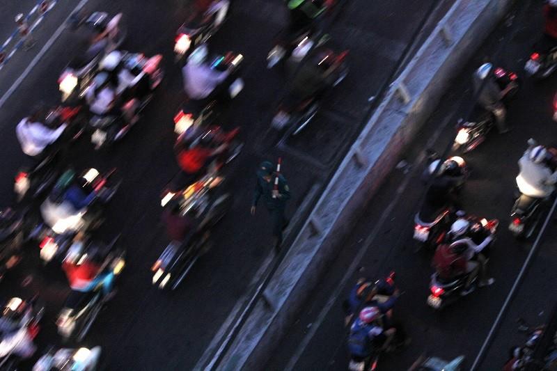 Xe cộ kẹt cứng hàng tiếng đồng hồ trên cầu Chánh Hưng  - ảnh 17