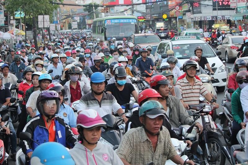 Xe cộ kẹt cứng hàng tiếng đồng hồ trên cầu Chánh Hưng  - ảnh 2