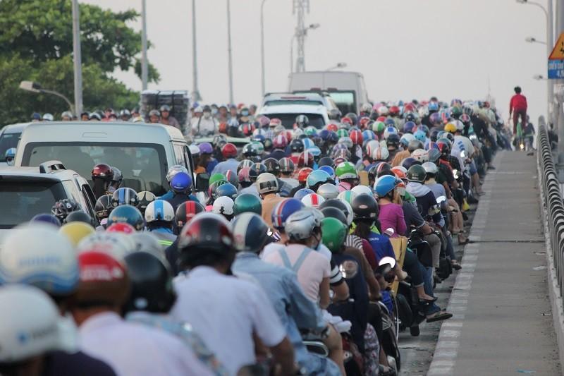 Xe cộ kẹt cứng hàng tiếng đồng hồ trên cầu Chánh Hưng  - ảnh 3