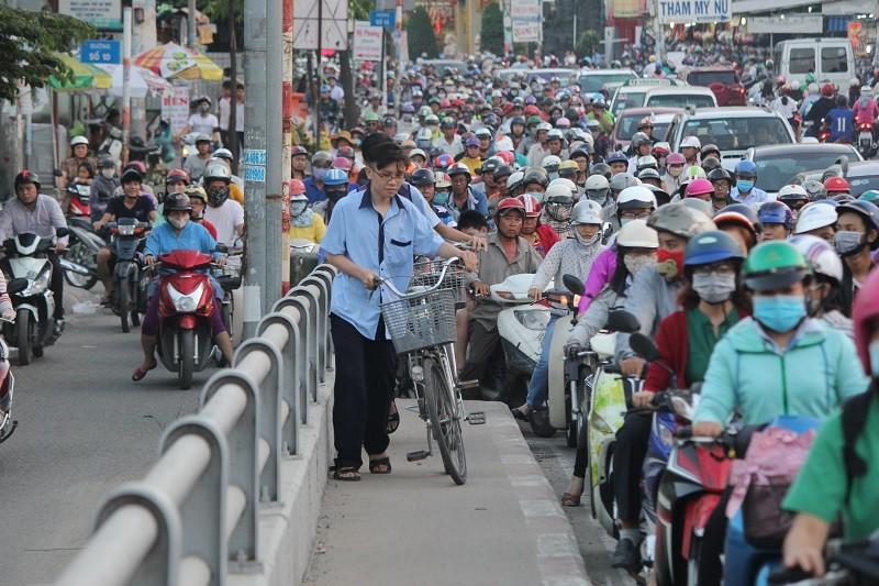 Xe cộ kẹt cứng hàng tiếng đồng hồ trên cầu Chánh Hưng  - ảnh 4