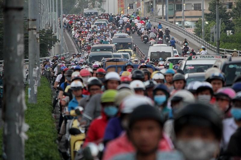 Xe cộ kẹt cứng hàng tiếng đồng hồ trên cầu Chánh Hưng  - ảnh 5