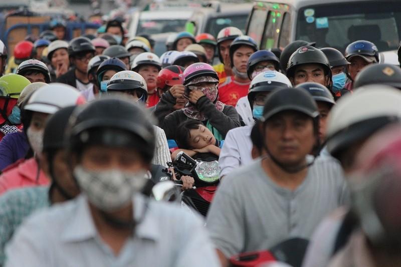 Xe cộ kẹt cứng hàng tiếng đồng hồ trên cầu Chánh Hưng  - ảnh 6