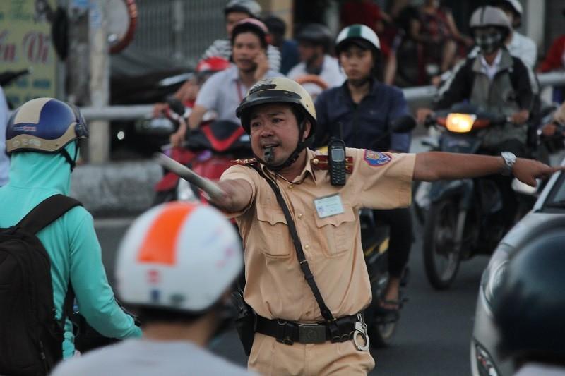 Xe cộ kẹt cứng hàng tiếng đồng hồ trên cầu Chánh Hưng  - ảnh 7