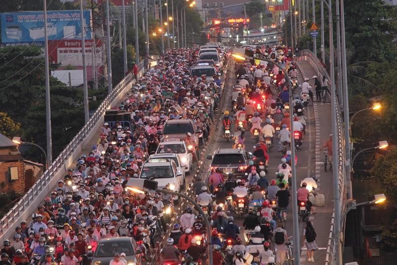 Xe cộ kẹt cứng hàng tiếng đồng hồ trên cầu Chánh Hưng  - ảnh 8