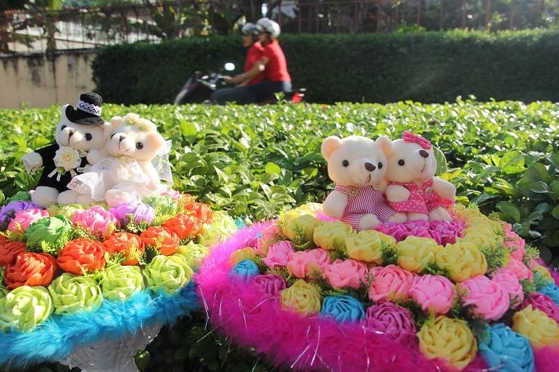 """""""Con đường tình yêu"""" rực rỡ quà và hoa Valentine - ảnh 11"""