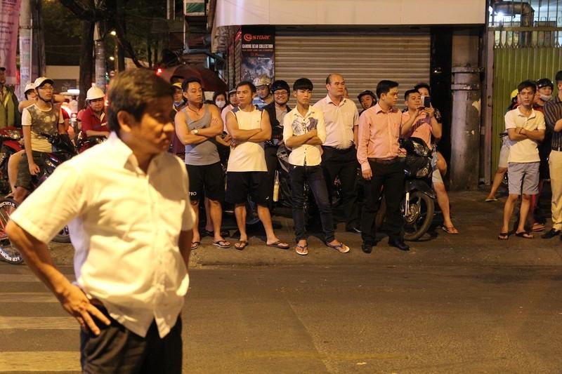 Người dân tập trung giữa khuya xem dẹp vỉa hè - ảnh 16