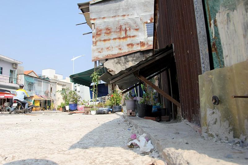 Nhà dân ở Bình Thạnh bị biến thành 'hầm' khi nâng đường - ảnh 11
