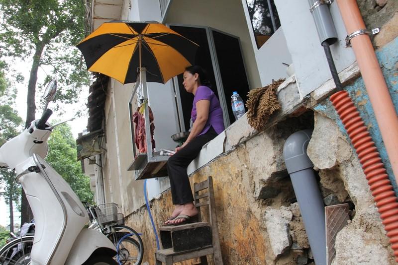 Dân quận 1 khốn khổ leo vào nhà khi bậc tam cấp bị phá - ảnh 10