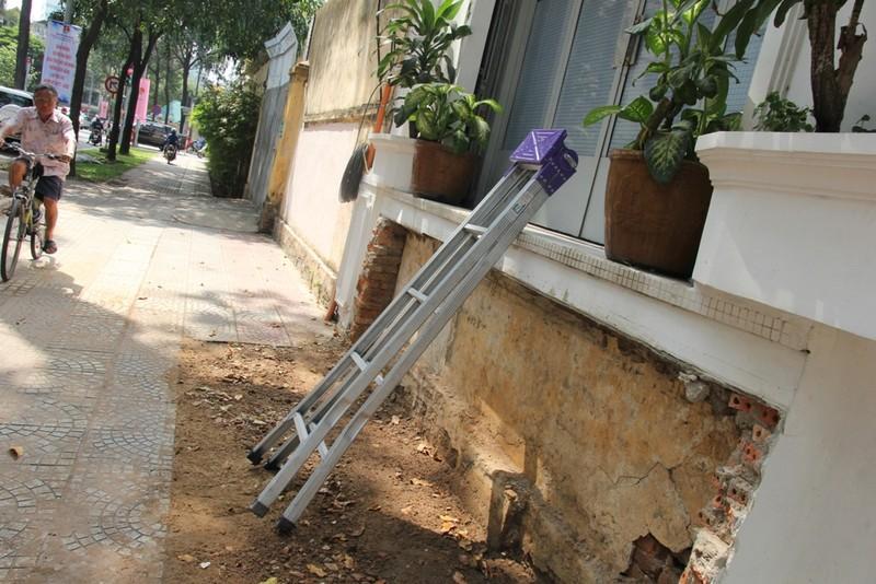 Dân quận 1 khốn khổ leo vào nhà khi bậc tam cấp bị phá - ảnh 12