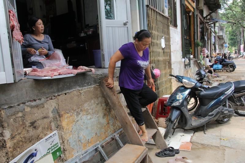 Dân quận 1 khốn khổ leo vào nhà khi bậc tam cấp bị phá - ảnh 13