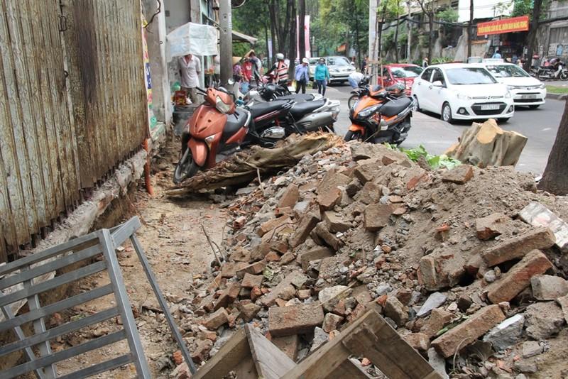 Dân quận 1 khốn khổ leo vào nhà khi bậc tam cấp bị phá - ảnh 15