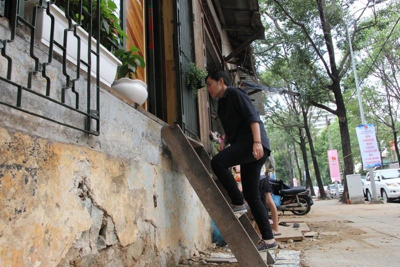 Dân quận 1 khốn khổ leo vào nhà khi bậc tam cấp bị phá - ảnh 6