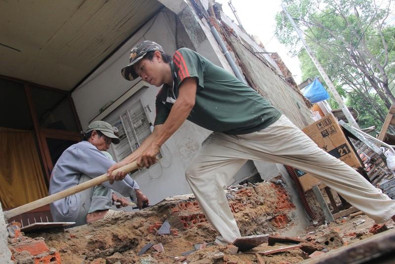 Dân quận 1 khốn khổ leo vào nhà khi bậc tam cấp bị phá - ảnh 9