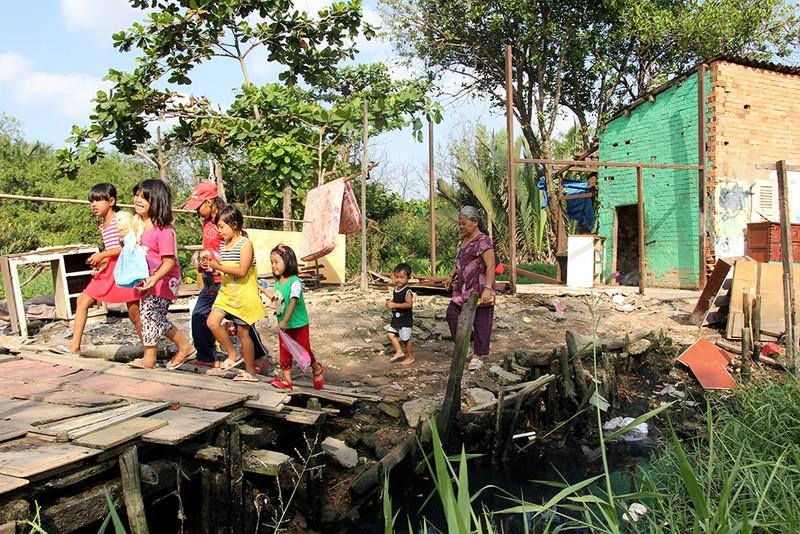 Chùm ảnh: Gia đình 17 người chuyển đến nhà mới - ảnh 1