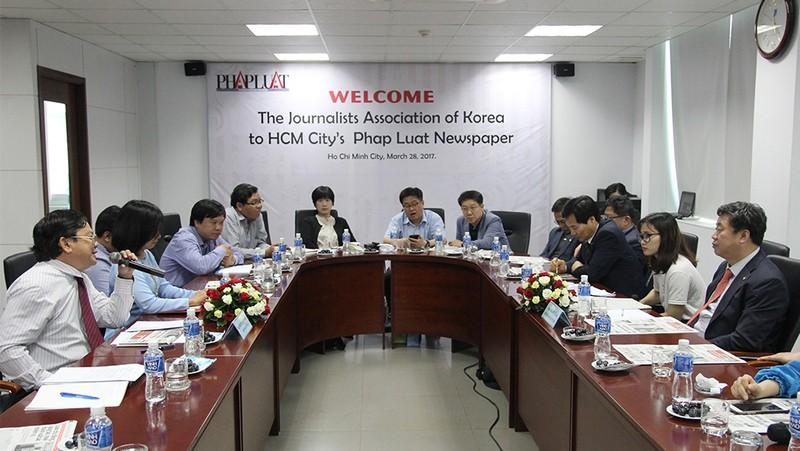 Đoàn Hội nhà báo Hàn Quốc thăm báo Pháp Luật TP.HCM - ảnh 1