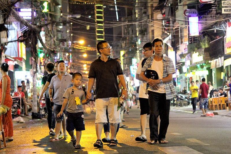 Cuối tuần thoải mái dạo bộ ở phố Tây Bùi Viện - ảnh 5