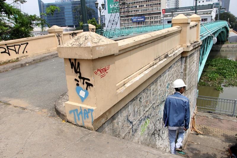Cây cầu kiến trúc cổ nhất TP.HCM xuống cấp nghiêm trọng - ảnh 11