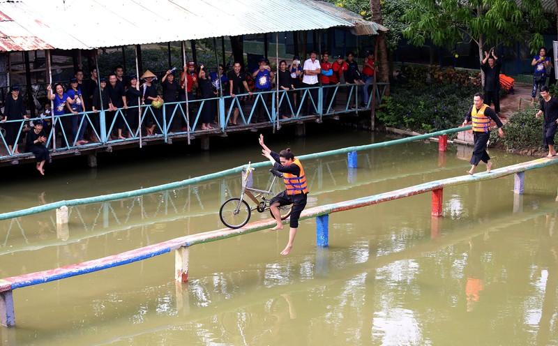 Về miền Tây chinh phục 'đi xe đạp qua cầu khỉ'  - ảnh 11