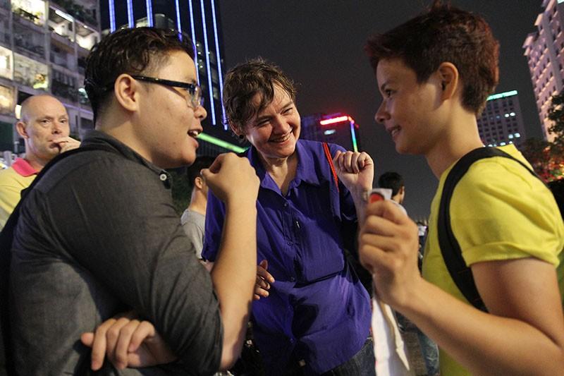 """Cộng đồng LGBT Sài Gòn đội mưa ăn mừng """"Cảm ơn Quốc hội"""" - ảnh 5"""