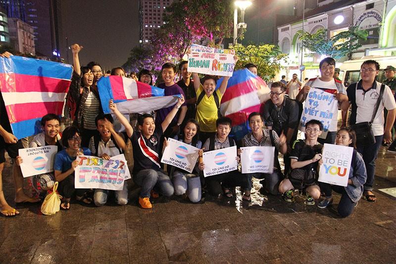 """Cộng đồng LGBT Sài Gòn đội mưa ăn mừng """"Cảm ơn Quốc hội"""" - ảnh 1"""