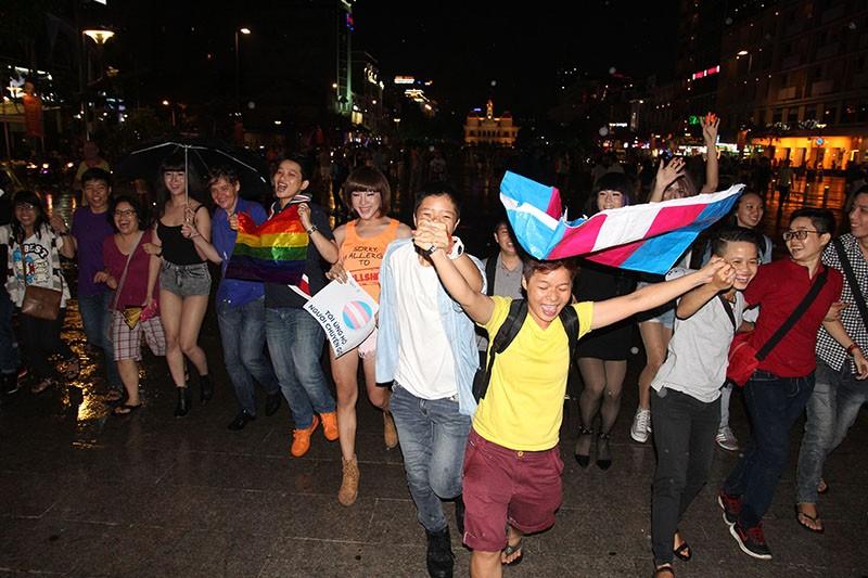 """Cộng đồng LGBT Sài Gòn đội mưa ăn mừng """"Cảm ơn Quốc hội"""" - ảnh 8"""