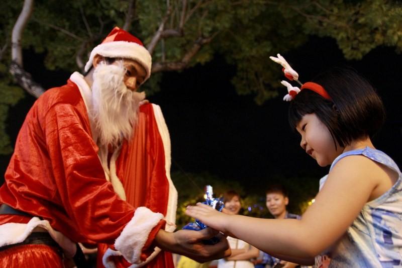 Đông nghẹt người xuống phố chơi Noel sớm - ảnh 10