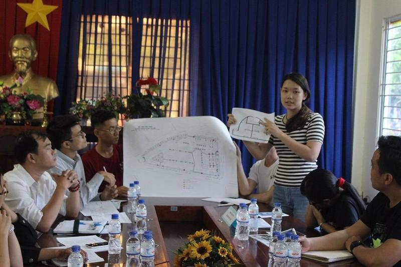 Nhóm sinh viên ĐH Kiến trúc TP.HCM trình bày ý tưởng thiết kế nhà chờ xe buýt