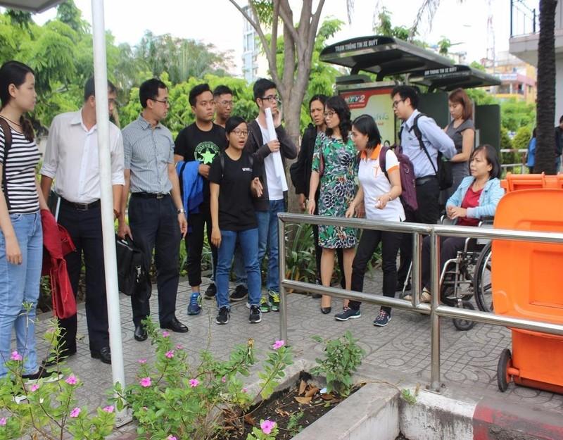 Đoàn đi khảo sát một số hạng mục trong nhà chờ bến xe buýt công viên 23-9