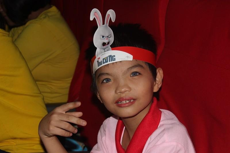Cậu bé mắt xanh kỳ lạ được nhận học bổng - ảnh 3