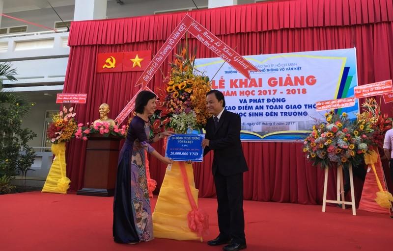 Phó Thủ tướng Trương Hòa Bình đội mũ bảo hiểm cho HS - ảnh 8