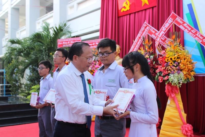 Phó Thủ tướng Trương Hòa Bình đội mũ bảo hiểm cho HS - ảnh 9