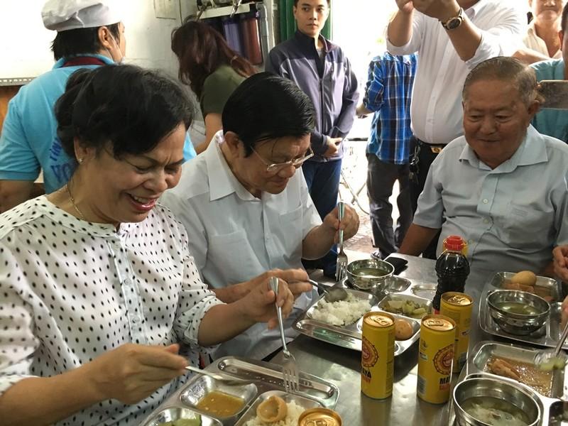 Kết quả hình ảnh cho chủ tịch nước ăn cơm 20 nghìn
