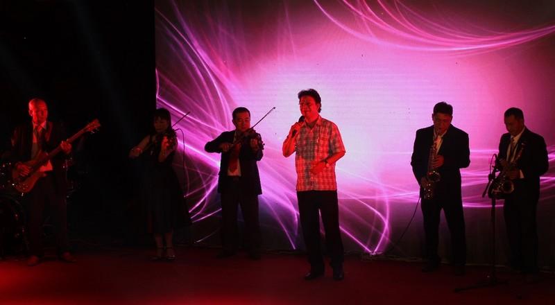 Bác sĩ hát để ủng hộ miền Trung sau bão dữ    - ảnh 3