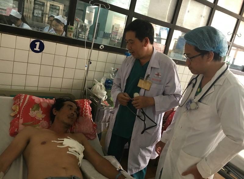Các bác sĩ đang thăm khám cho anh N. tại BV đa khoa Sài Gòn. Ảnh: HL