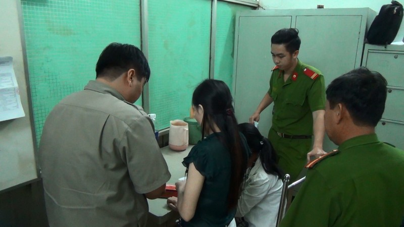 Cảnh sát hình sự trấn áp tội phạm đứng sau mại dâm - ảnh 1