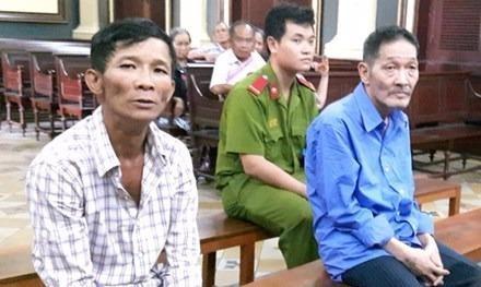 Hai bị cáo Nguyễn Văn Vững (phải) và Trần Tiến Hiền tại tòa