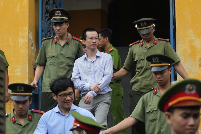 Bị cáo Mai và bị cáo Quyết  được dẫn giải về trại sau phiên xử sáng
