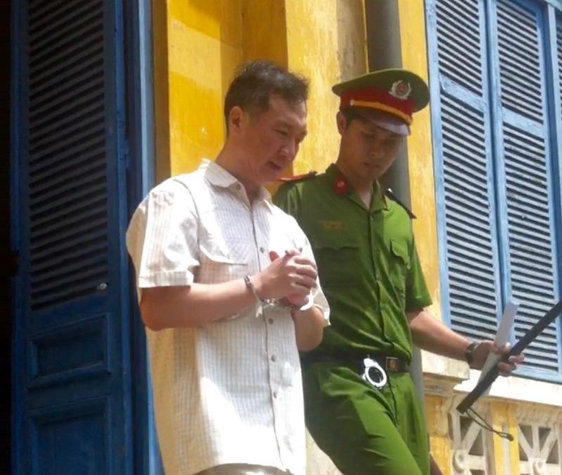 Bị cáo Chơn được dẫn giải về trại sau khi bị bác kháng cáo kêu oan